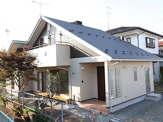 どっしりした大屋根が印象的な外観